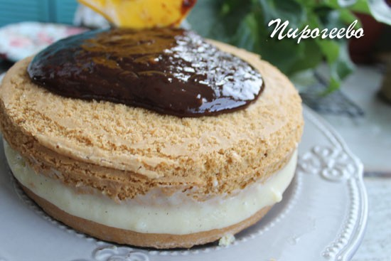 Шоколадная глазурь разливается по торту