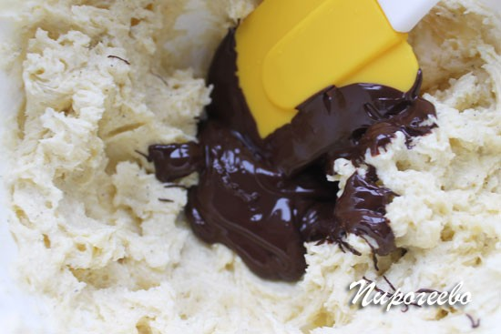 Соединяем растопленный шоколад с кремом