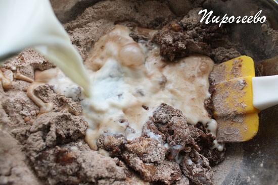 Добавляем теплое молоко в тесто