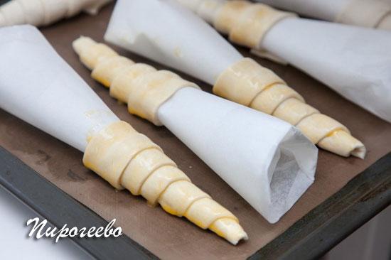 сосиски в тесте из покупного слоеного теста в духовке рецепт с фото
