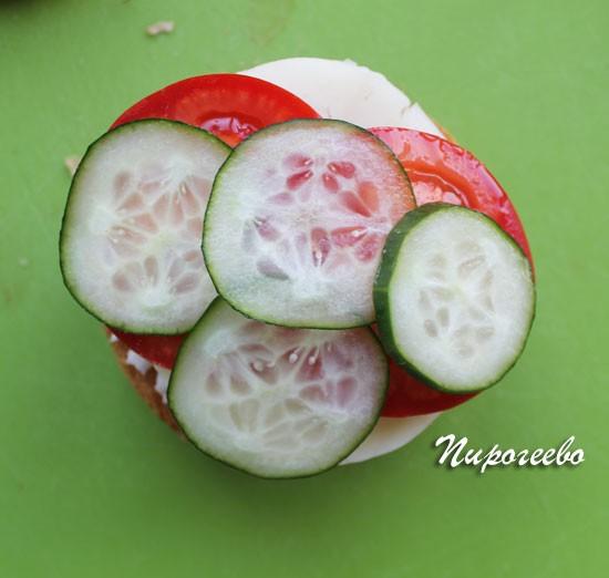 Нарезанные помидоры и огурцы выкладываем на котлету