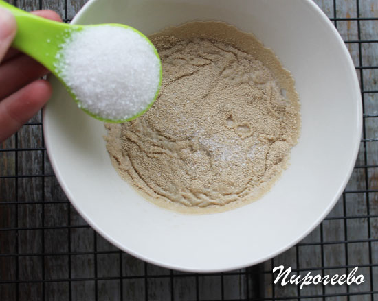 Добавляем сахарный песок в дрожжи