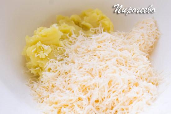 Смешиваем картофельное пюре и натёртый сыр