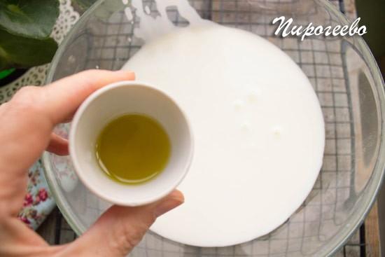 Вливаем растительное масло в кефир