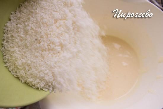 Добавляем стружку с яично-сахарную массу