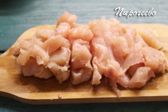 Мясо нарезаем на мелкие кусочки ( можно использовать свинину, говядину