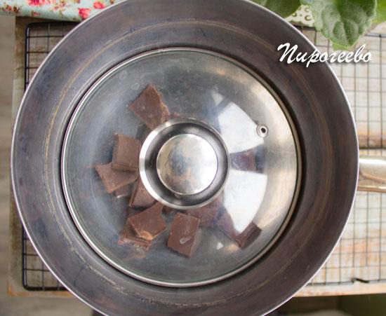 Разламываем шоколад на кусочки и помещаем в миску