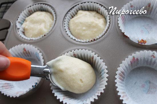 Выкладываем тесто в формочки с помощью ложки для мороженого