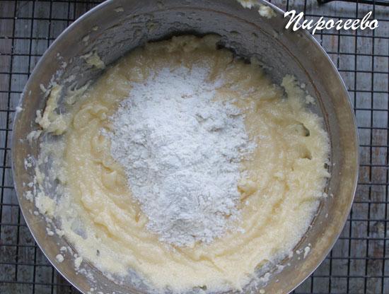 Добавляем частями муку в тесто для капкейков