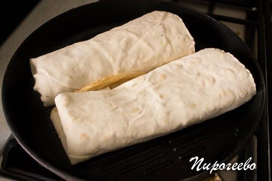 Обжариваем буррито на сковороде -гриль