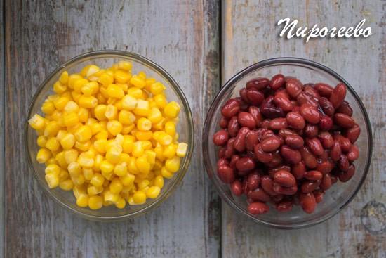 Сливаем воду с консервированной фасоли и кукурузы