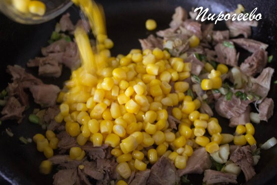 Добавляем в сковороду кукурузу