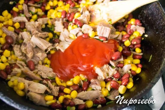 Добавляем томатный соус в начинку буррито