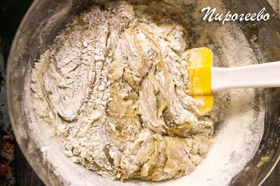Перемешиваем с помощью лопатки тесто
