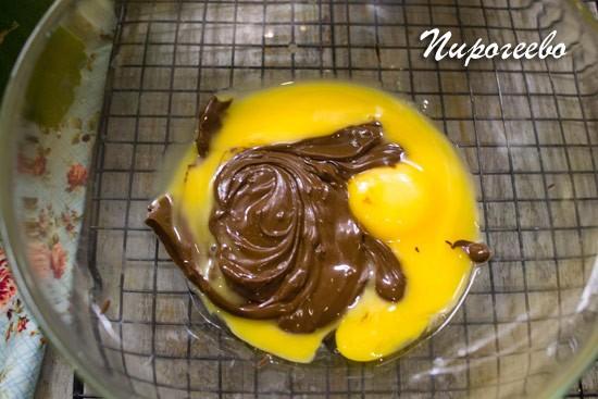 Соединяем желтки с шоколадом
