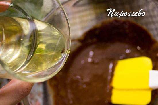 Растительное масло добавляем в тесто