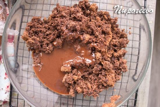 Делаем тесто из бисквитной крошки
