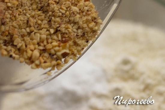 Добавляем ореховую муку в тесто