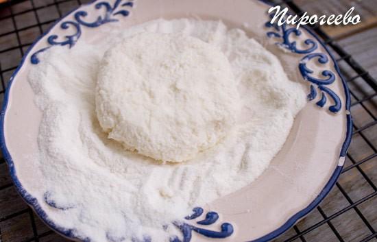 Обваляйте сырник в рисовой муке