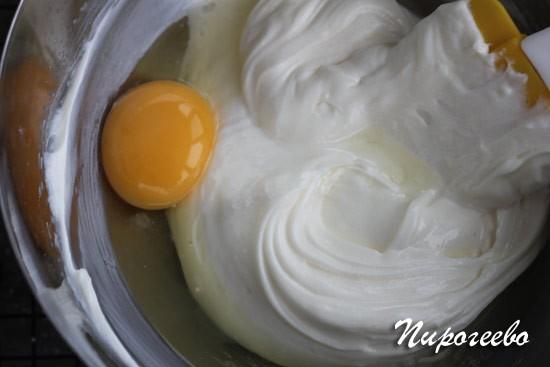 Добавляем в начинку для чизкейка яйца по одному