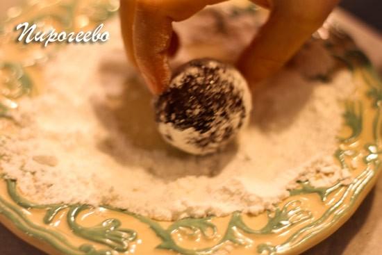 Обваливаем в сахарном песке и в сахарной пудре каждый шарик