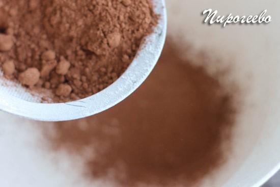 Просеиваем какао-порошок