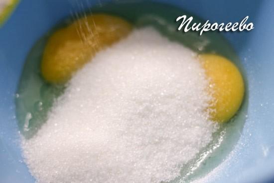 Смешиваем сахарный песок с яйцами