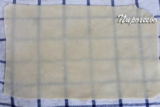 Вытяжное тесто просвечивается на полотенце