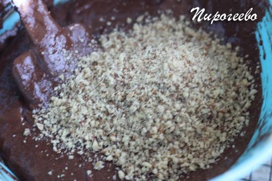 Добавляем ореховую крошку в тесто