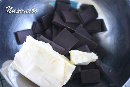 Масло и шоколад складываю в миску