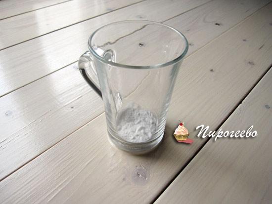 Насыпаем пищевую соду в стакан