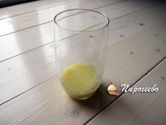 Разбиваем яйцо в стакан и размешиваем вилкой