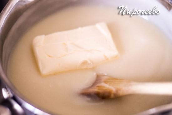 Сливочное масло комнатной температуры добавляется в крем