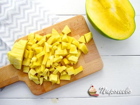 Нарезаем кусочками фрукты для начинки