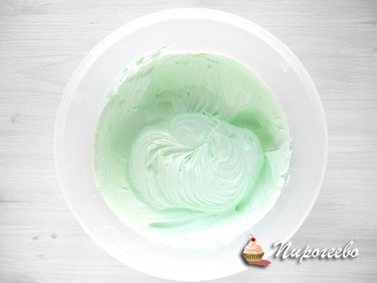 Получается крем нежного цвета из белков