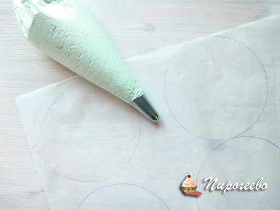 Выдавливаем меренгу на пергамент с нарисованными окружностями