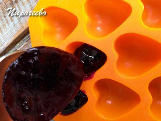 Накладываем мармелад из смородины с помощью ложки в формочки
