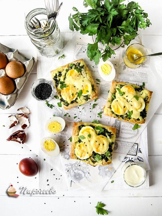 Слойки со шпинатом и яйцом рецепт с фото