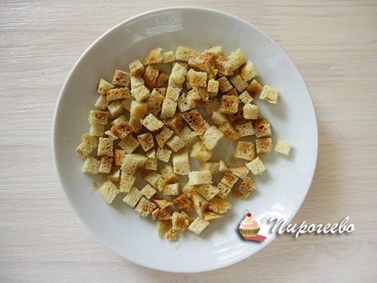 Обжариваем сухарики до золотистого цвета