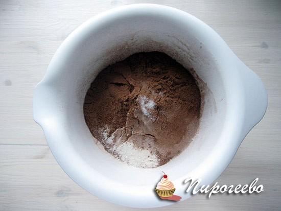 Смешиваем сухие ингредиенты в глубокой миске