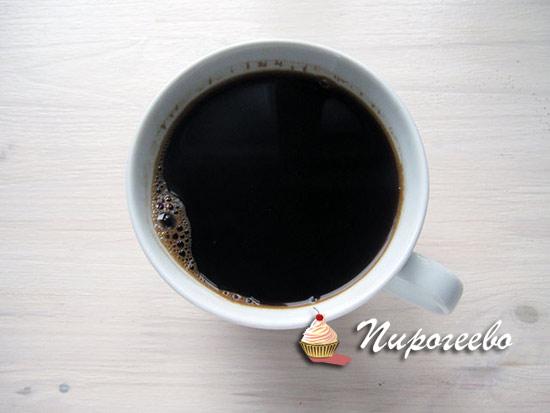 Завариваем крепкий кофе для добавления в тесто