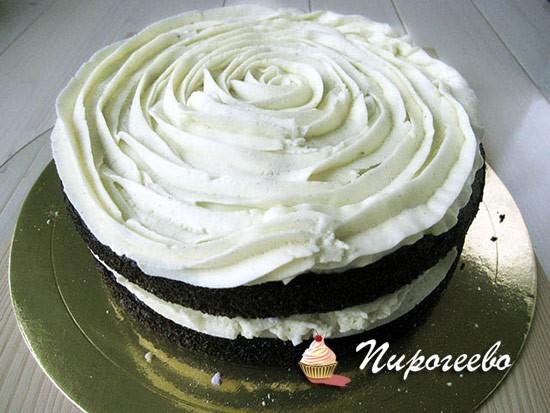 Выдавливаем на торт крем с помощью кондитерского мешка