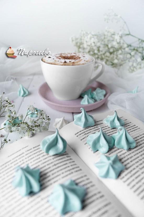 Вкусные безе для украшения торта в пастельных цветах