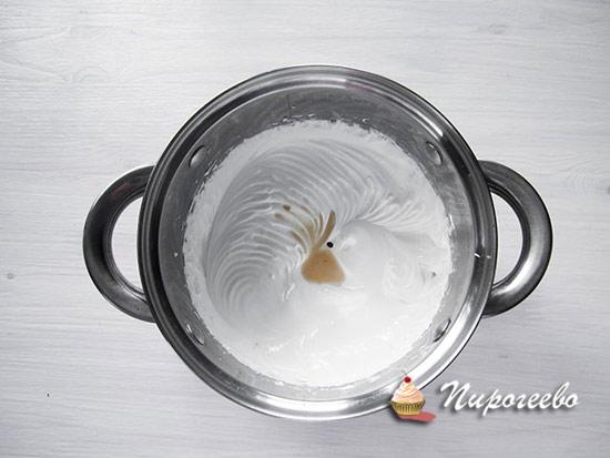 Добавляем экстракт ванили в белковую массу