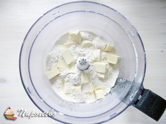 Добавляем сливочное масло в муку и замешиваем песочное тесто