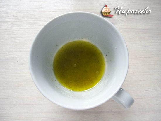 Готовим заправку из оливкового масла и лимонного сока