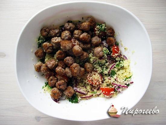 Добавляем мясные шарики в салат и перемешиваем