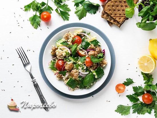 Салат с кускусом, овощами и мясными шариками