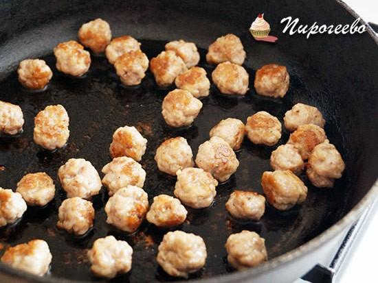 Обжариваем мясные шарики в небольшом количестве масла