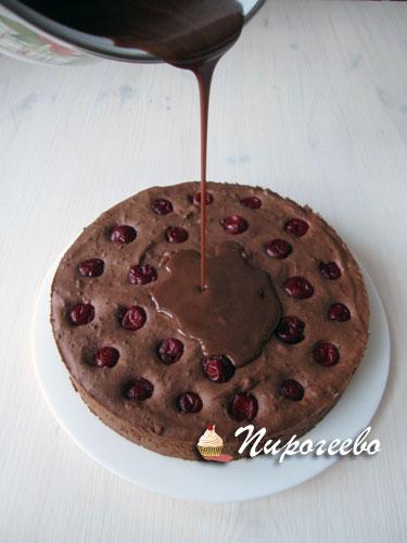 Поливаем муссовый торт глазурью
